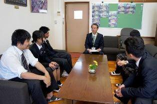 校長室にて、生徒と校長先生
