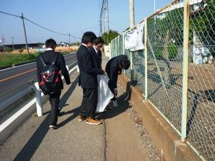 学校周辺を清掃する生徒会の生徒たち